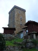 Torre y hórreos en Vilanova dos Infantes